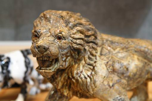 Carved lion sculpture by KdeCraft.